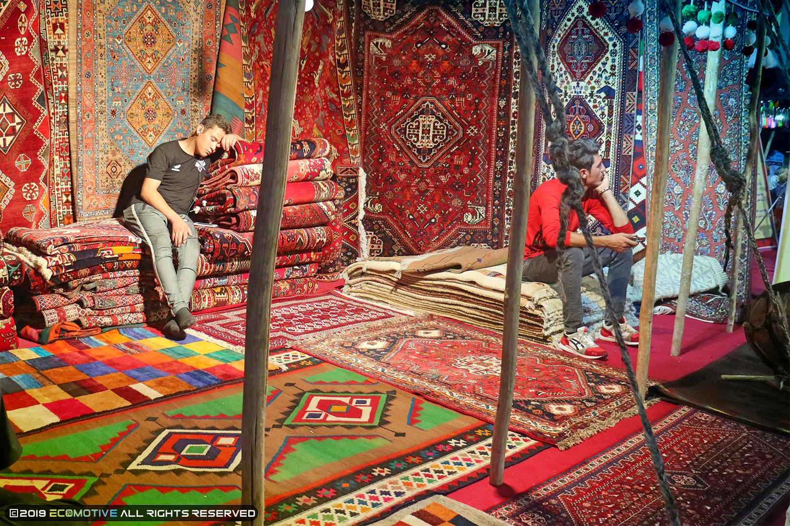 نمایی از فرش های زیبا در نمایشگاه توانمندیهای روستاییان و عشایر