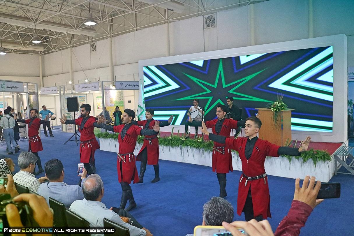 رقص اقوام محلی در نمایشگاه توانمندی های روستایی و عشایری