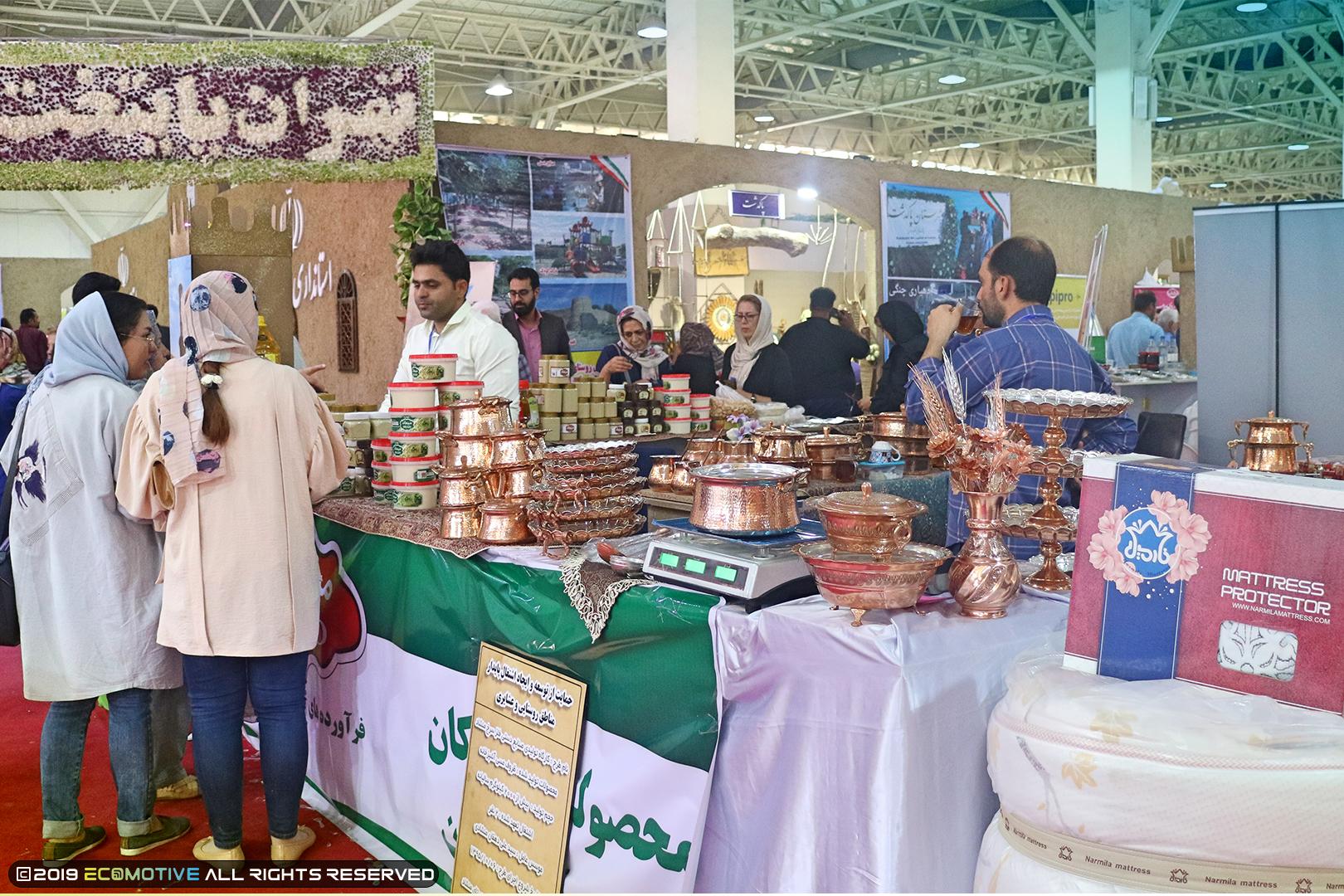 غرفه های صنایع دستی در نمایشگاه توانمندیهای روستاییان و عشایر