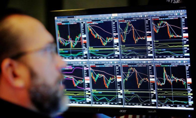 یک کارگزار بورس در بورس سهام نیویورک اندکی پس از افتتاح در نیویورک سیتی، آمریکا کار میکند