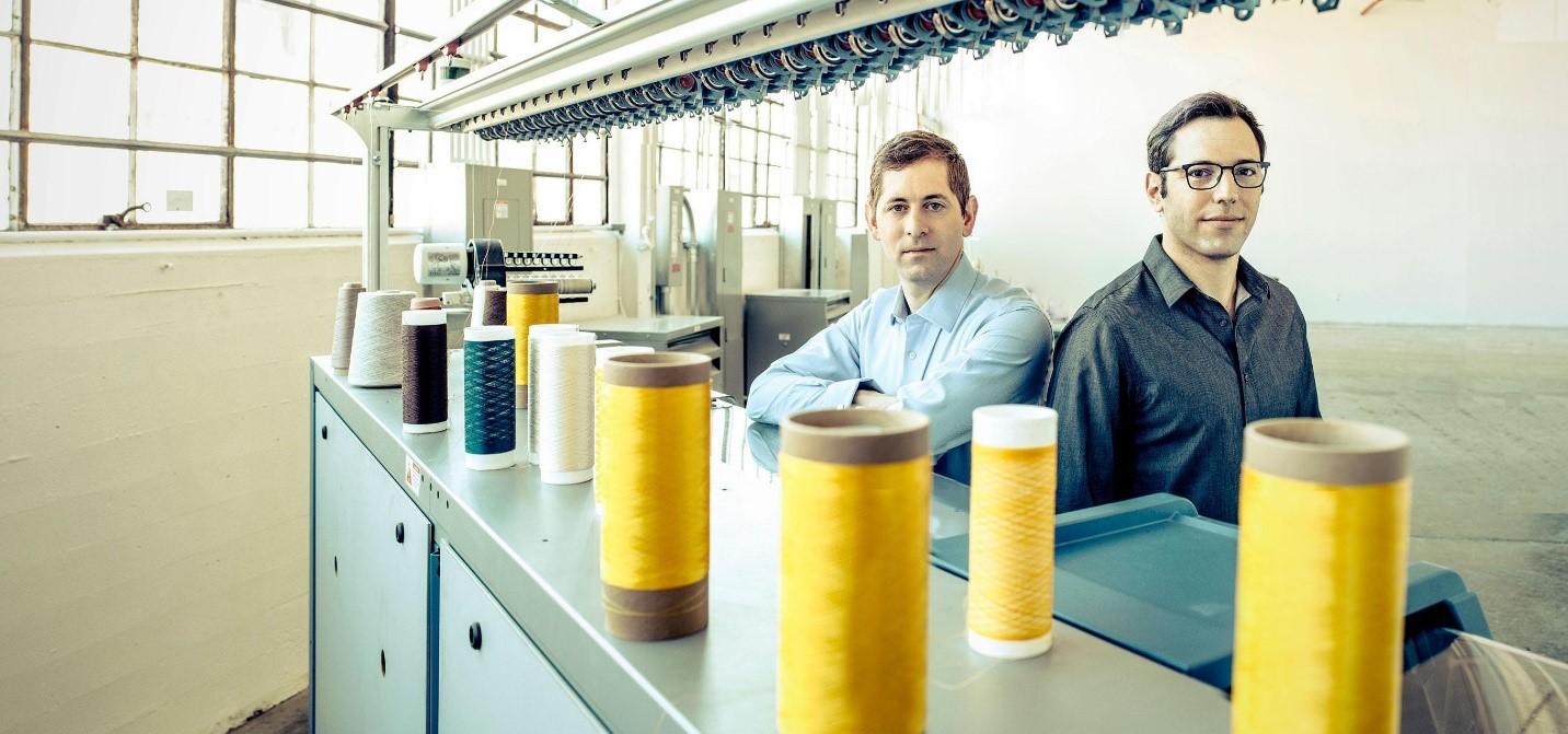 ویدمایر و بنیانگذاران وی ، دیوید برسلاور و اتان میرسکی، در حال پرورش ابریشم عنکبوت مصنوعی هستند.
